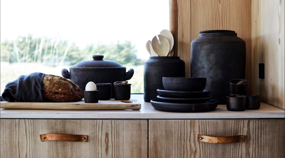 La série Hazel de Muubs est fabriquée à la main en argile de terre cuite puis brûlée au feu, à partir de laquelle sa couleur unique se dégage. Le bol de noisetier a une expression chaleureuse et aura l'air parfait comme un bol de fruits. Vous pouvez utiliser le bol de noisetier pour créer une expression unique lors de la préparation de votre table. Combinez-le avec les plaques de bois Muubs et obtenez un cadre magnifique dont vos invités pourront parler. - MUUBS