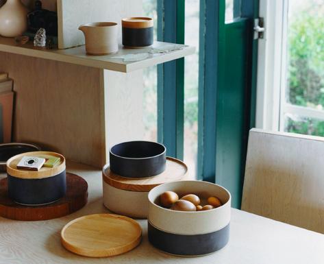 Hasami, Nagasaki est l'un des plus importants districts de poterie au Japon. La porcelaine a été fabriquée pour la première fois dans la région il y a près de 400 ans, pendant la période Edo, et était non seulement distribuée dans tout le Japon, mais également exportée vers l'Europe par le port de Nagasaki. La mise en place d'un système de production de masse à un stade précoce a permis de garantir la fiabilité de la qualité et du prix et de préserver sa riche tradition. HASAMI PORCELAINE est né sous la direction de Takuhiro Shinomoto de Tortoise (Venise, Californie), dont le concept novateur intègre la tradition et la modernité dans les arts de la table. - HASAMI PORCELAIN