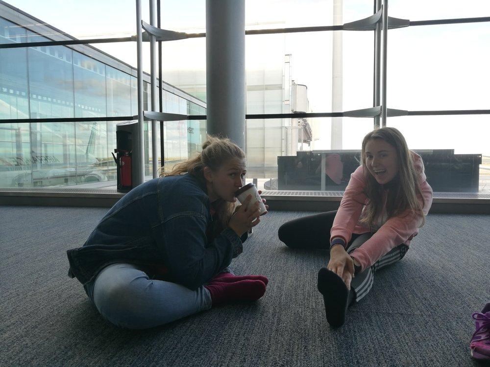 - På flyplassen i Paris startet Alette og Elena med å forberede seg på en 10 timers flytur ved hjelp av stretching. Uttøyningen viste seg å bli så avslappende at vi nesten glemte boardingen. Ved hjelp av reiseleder/mor Elena, så kom vi oss trygt på flyet.
