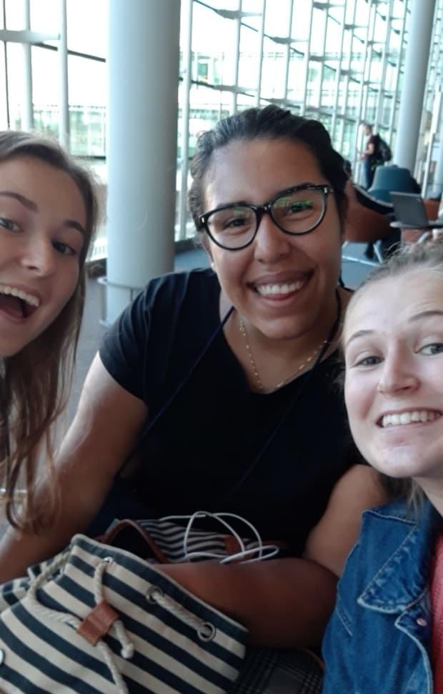 Paris - Fra Sola og Kjevik til Amsterdam hvor vi møttes alle tre. Vi dro videre til Paris hvor neste fly gikk til Bogota, Colombia. Humøret og nervene var på topp!