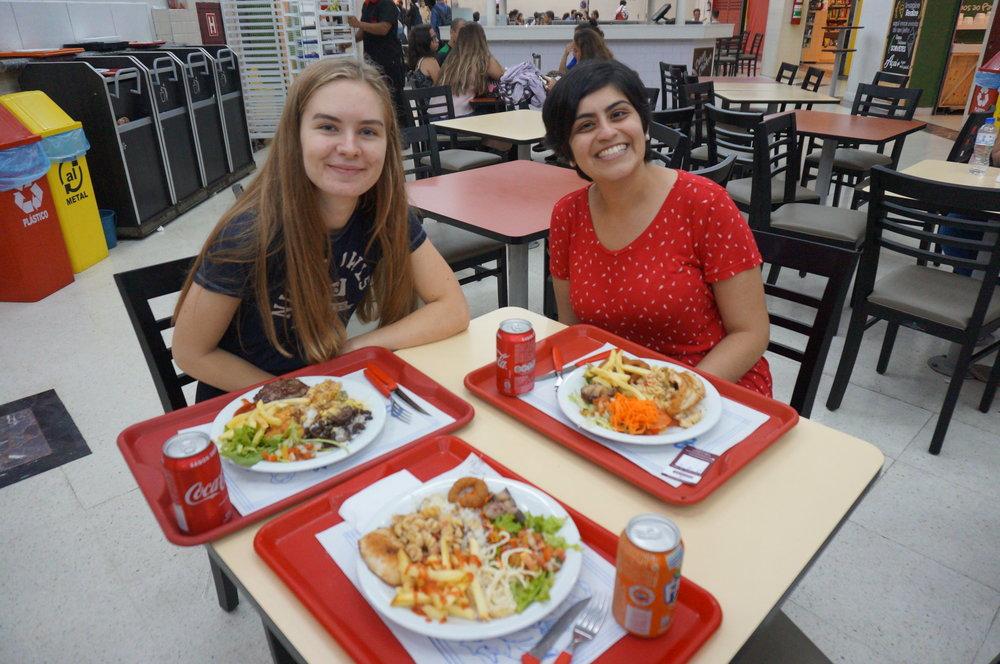 Rakel og kontaktpersonen vår, Karen! Her spiste vi ris og bønner(selfølgelig), kjøtt og litt av hvert