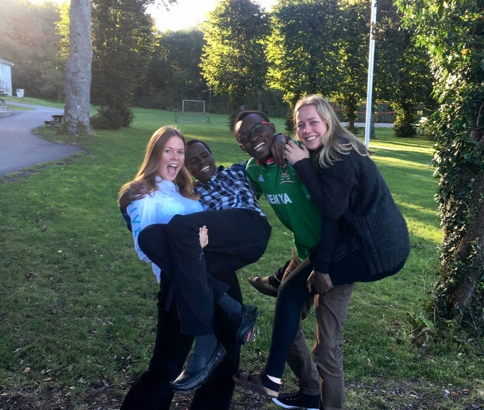 Her er vi, årets team, med Ancent og Caleb, årets hald-elever fra Kenya.