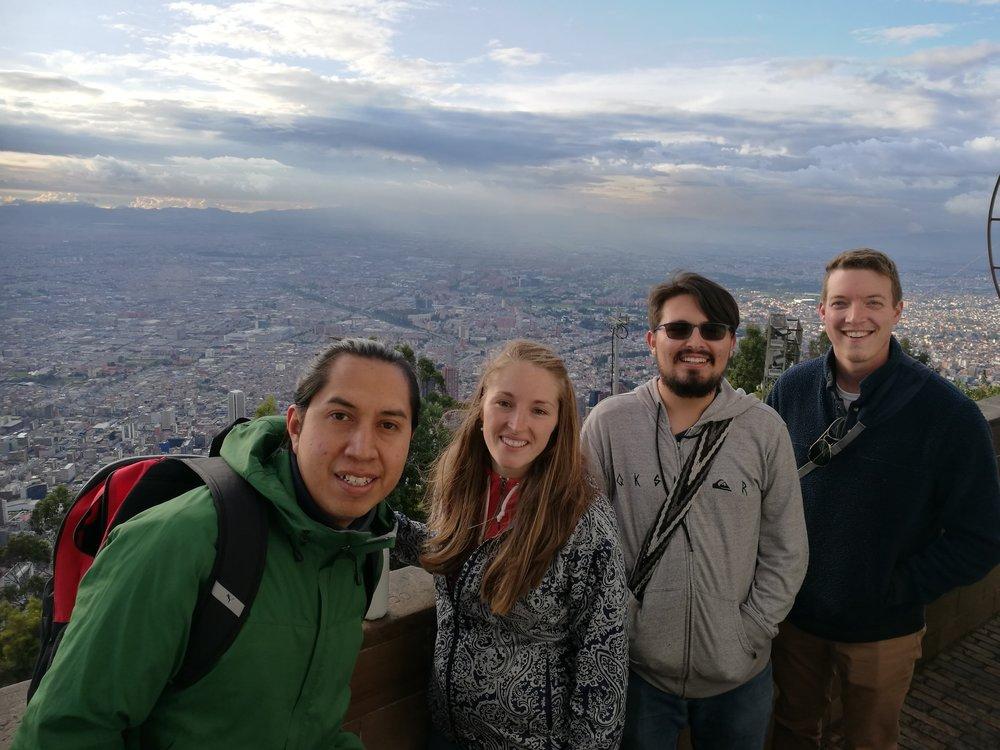 - Som de ferske turistene vi er, så bestemte vi at Sarah og Mike måtte få se byen på sitt vakreste. På turen opp til Monserrate, tok vi med oss en hyggelig Mexikaner ved navnet Jonathan. Han er bare på besøk før han tar turen videre til en konferanse som holdes av UCU.