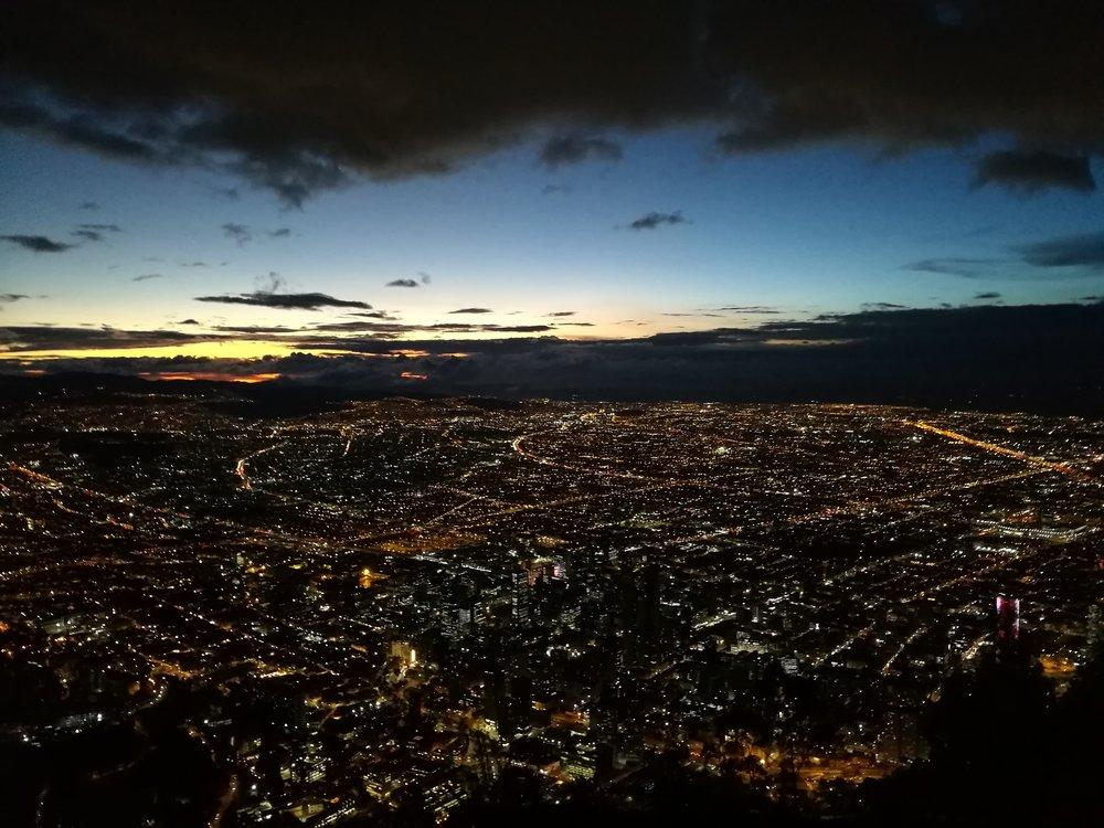 - Vi var så heldige å få se byen fra sine to vakreste sider, både på dagen og på kvelden. Det er rart å tenke på at jeg står å ser på en by med over 10 millioner innbyggere. En stor by med så mange flotte mennesker. Takknemlig.