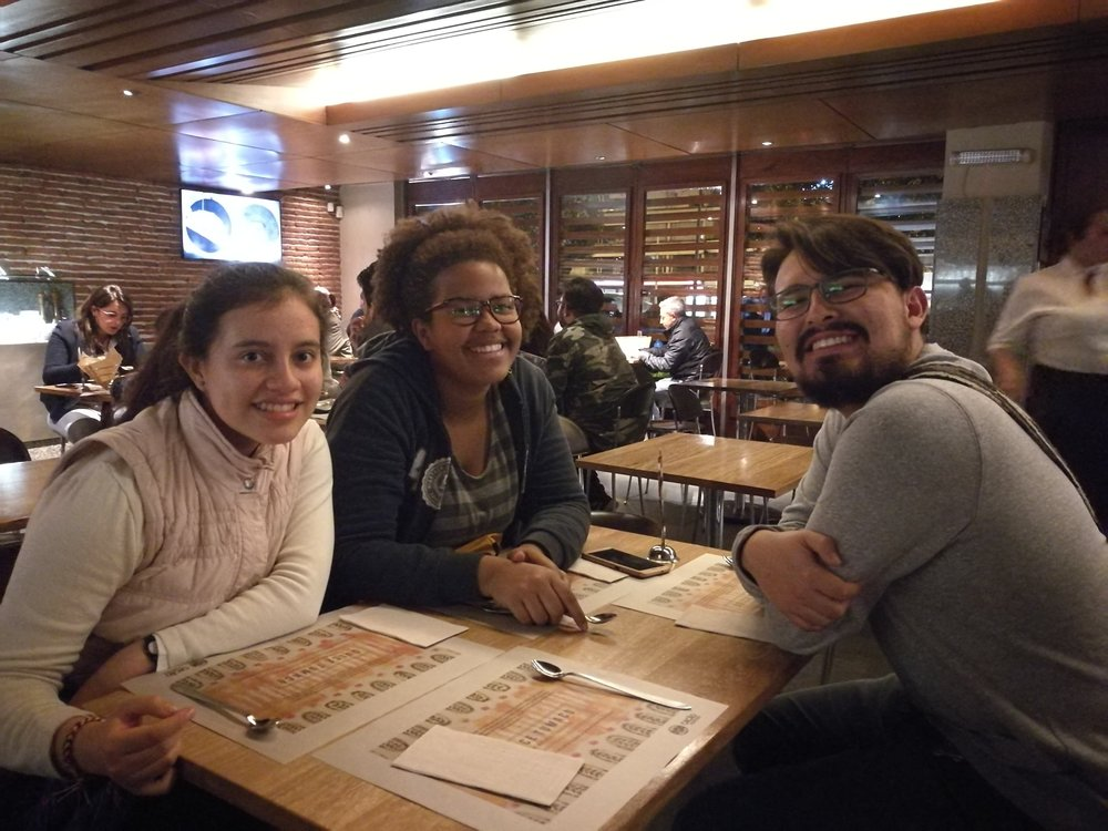 - Selvom dagene her i Bogotá går i ett, så har vi alltid tid til en is eller to. Hvis du skal være så heldig å støte på noen av disse folka, så er du garantert latter, smil og godt humør. Gode venner undervurderes ikke.