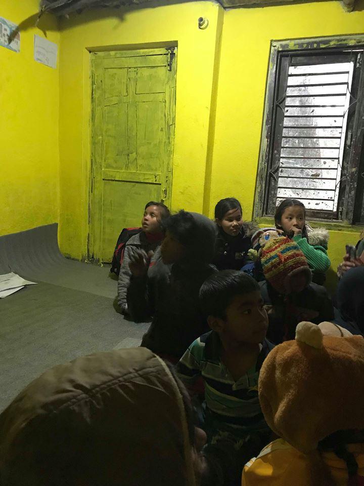 Her er barna i aksjon for å synge, der en og en valgfritt går frem og synger en sang :)