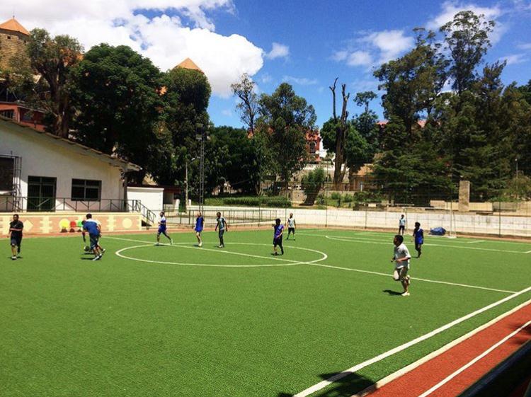 Her spiller Johanna fotball sammen med Zoky Harilala og resten av GBA fotforona