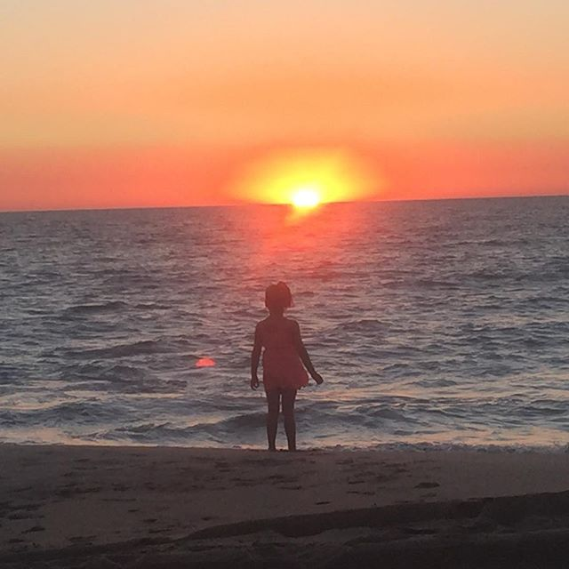 Watching the sunset is one of life's greatest pleasures ☀️🌅 Thanks for sharing your photo Amy Savell  #sunset #memories #camping #family #friends #beach #visitpeel #mymandurah #livingmybestlife #fun #ocean #holiday #celebrate #caravan