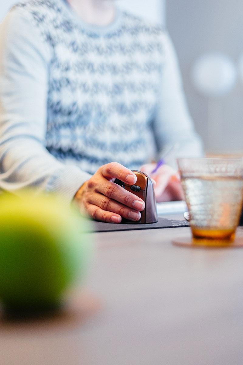 Een passende aanpak voor een succesvol resultaat - Op basis van een gesprek en eerste observaties maken wij een voorstel dat past bij de cultuur én identiteit van je bedrijf. Enkel zo kun je daadwerkelijk verandering brengen.Supergoed vertrekt steeds vanuit een diepgaande analyse en gepersonaliseerde online survey. We verzamelen onze bevindingen in een helder verslag en stellen een actieplan op. Van een hands-on training boordevol meteen toepasbare quick wins tot een grondige aanpak van je interieur en kantoorverdeling. Alles is mogelijk.Bekijk ons aanbod ➝