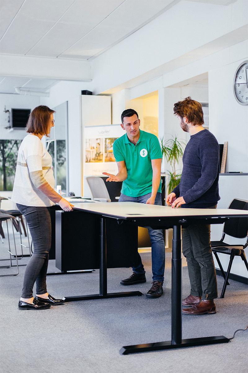 Jouw medewerkers, de ruggengraat van je organisatie - Mensen zijn gewoontedieren. Oude gewoontes stel je dus niet zomaar bij. Supergoed start dan ook ieder traject met een luisterend oor en scherpe blik. We kijken aandachtig naar de ruimte en hoe werknemers hierin functioneren. Door je medewerkers van bij de start te betrekken, creëren we een breder draagvlak en stijgt de productiviteit in je bedrijf vanzelf.Ontdek onze aanpak ➝