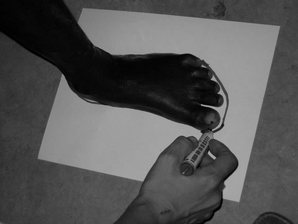 Tomando las medidas de los niños para comprarles zapatos para ir al colegio