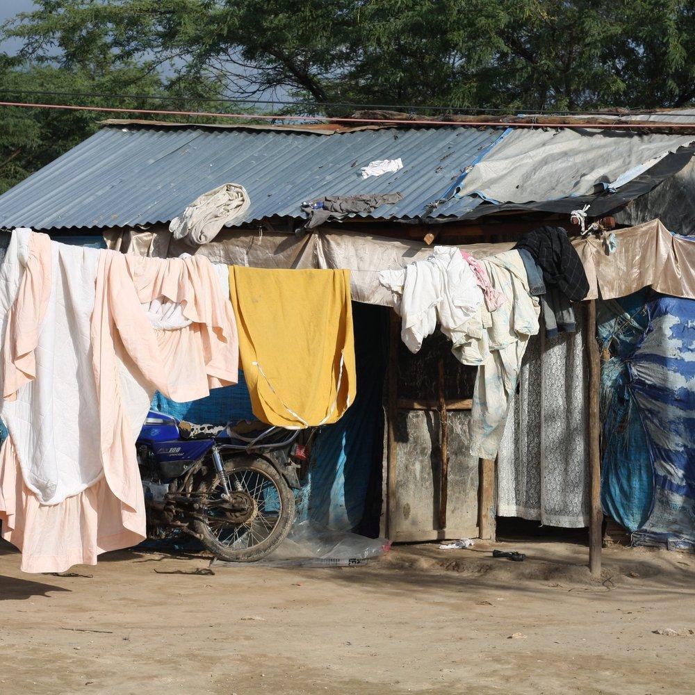 CONTEXTO NACIONAL - Los niños que viven o han vivido en las calles suelen ser discriminados por la población local. Esta discriminación llega también a los entornos escolares, lo que hace muy difícil su integración en las escuelas nacionales de la región. El uso de uniforme escolar es obligatorio en Haití.