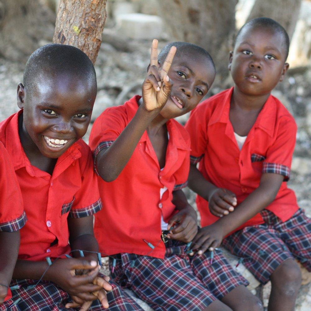 CENTROS EDUCATIVOS - Los niños sin retraso educativo son matriculados en la Escuela de AMSAI. Los niños de la Escuela de AYMY que terminan la primaria con buen nivel acuden al Liceo Francés en secundaria para favorecer su integración. De lo contrario terminan en AYMY con una secundaria orientada hacía la formación profesional.