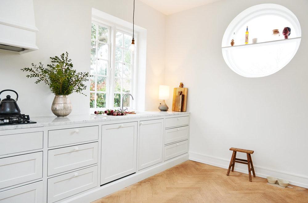 Zoom af detaljer på hvidt køkken