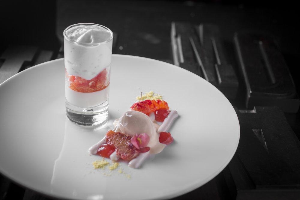 Huub van der Velden | Panna cotta van yoghurt en citroen met granite van bloedsinaasappel en schuim van gin-tonic. Hangop van uitgelekte yoghurt met bloedsinaasappel, roomijs van bloedsinaasappel en krokant citrus papier