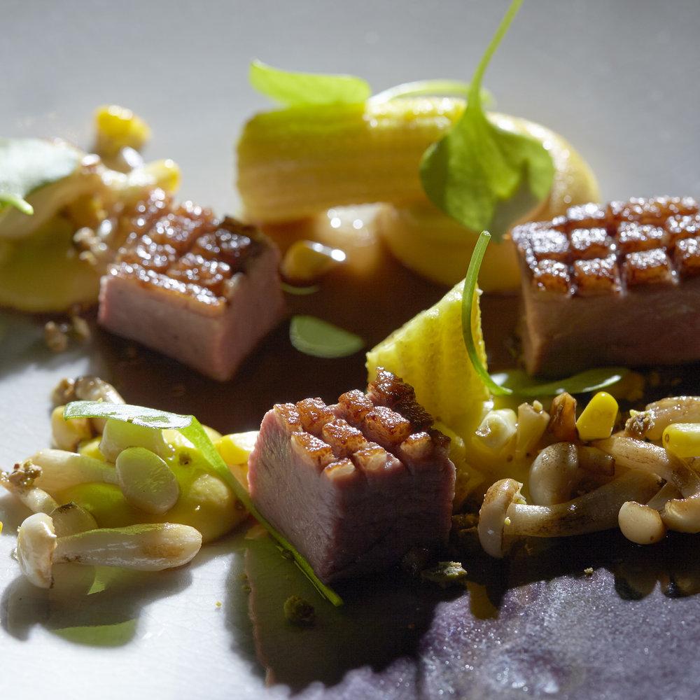 Andre Gerrits | Gebraden tamme eendenborst met een crunch van pistache en aardappelkaantjes, bundelzwam, mais en zijn eigen just