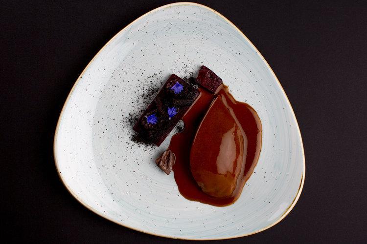 "Dennis Kuipers | Anjou duif ""au sang"" Imperial - borst, ingelegde bramen, ""drop"" van Forono biet, saus van het karkas met eendenlever"