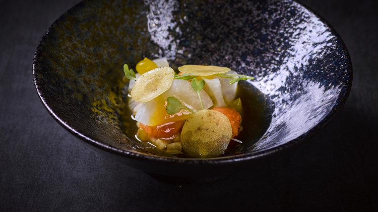 Andre Gerrits | Kalfszwezerik - Gepocheerde kalfszwezerik met koolrabi gevuld met een crème van papaya, lapsang souchong kombucha en gele curry krokant