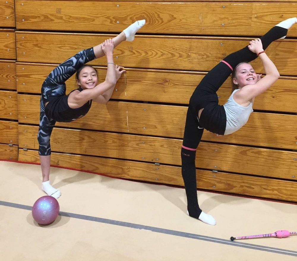 Lana (14) og Guro (13) som er på Norges jr. landslag.