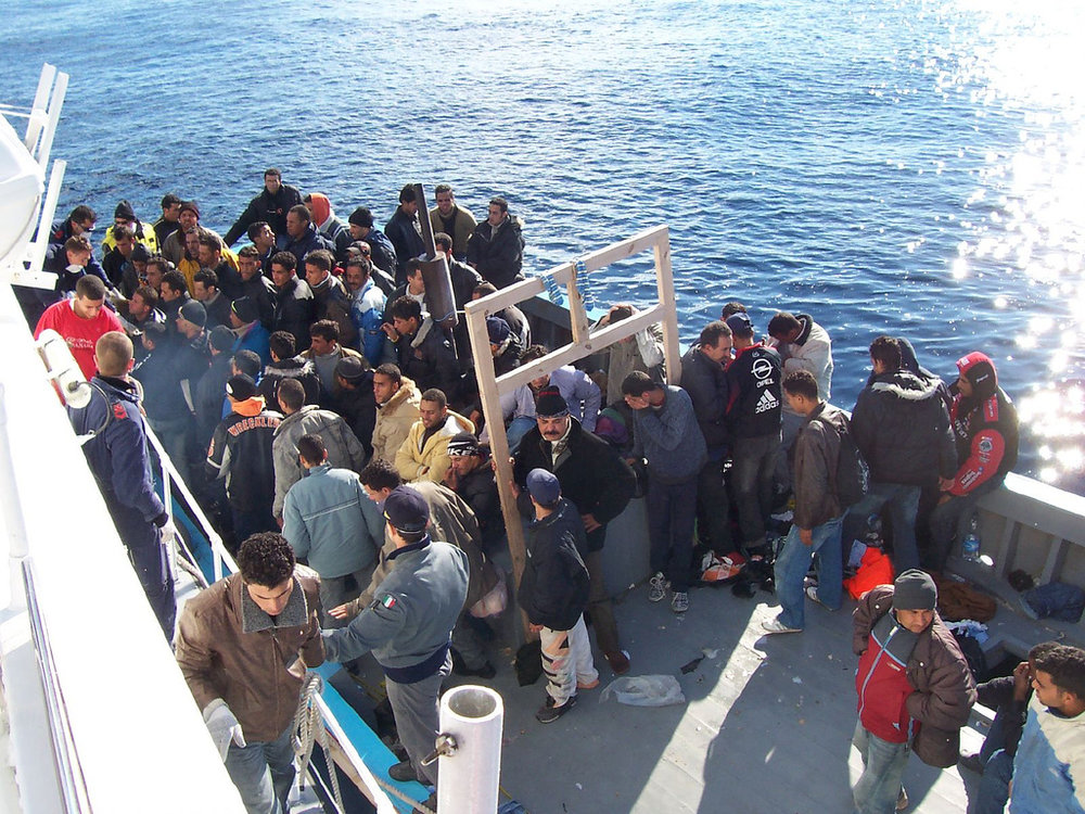 Boat_People_at_Sicily_in_the_Mediterranean_Sea.jpg