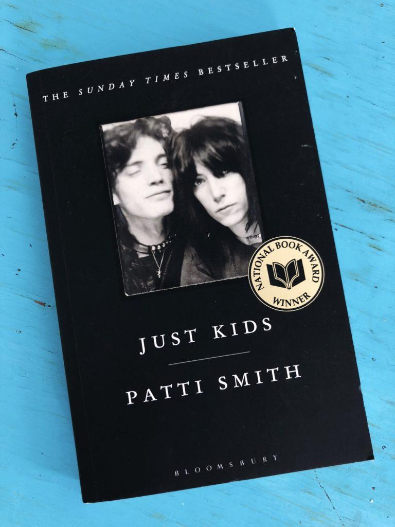 """Just Kids, Patti Smith - Genre: Memoir Samenvatting van het boek in twee zinnen: In de zomer van 1967 ontmoeten Patti Smith en Robert Mapplethorpe elkaar in Brooklyn. Dit is het begin van een intense liefdesverhouding en een levenslange vriendschap.Waarom ik er maar niet over ophou: Ik wil schrijven, denken, leven, ademen als Patti Smith. De vriendschap tussen Robert en haar is bijna sprookjesachtig. Ik las dit boek drie jaar geleden tijdens een stressvolle periode; ik was halsoverkop verhuisd, moest mijn scriptie inleveren, afstuderen en ging beginnen aan mijn eerste échte baan. Elke avond voor het slapen las ik een stukje uit Just Kids en hoe heftig de stress ook was, elke avond voelde ik me na het lezen hoopvol, liefdevol en optimistisch.Favoriete quote: """"We went our separate ways, but within walking distance of one another."""""""