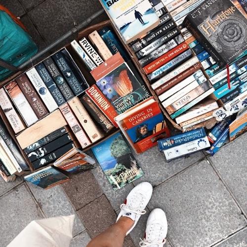 - Op een zomeravond in 2000 zat ik in kleermakerszit op de grond van de bibliotheek. Ik zat in het gangpad van de kinderafdeling, om me heen stonden stapeltjes boeken. Af en toe kwam er iemand het gangpad inlopen, keek even naar de boeken, dan naar mij, en stapte vervolgens over me heen.