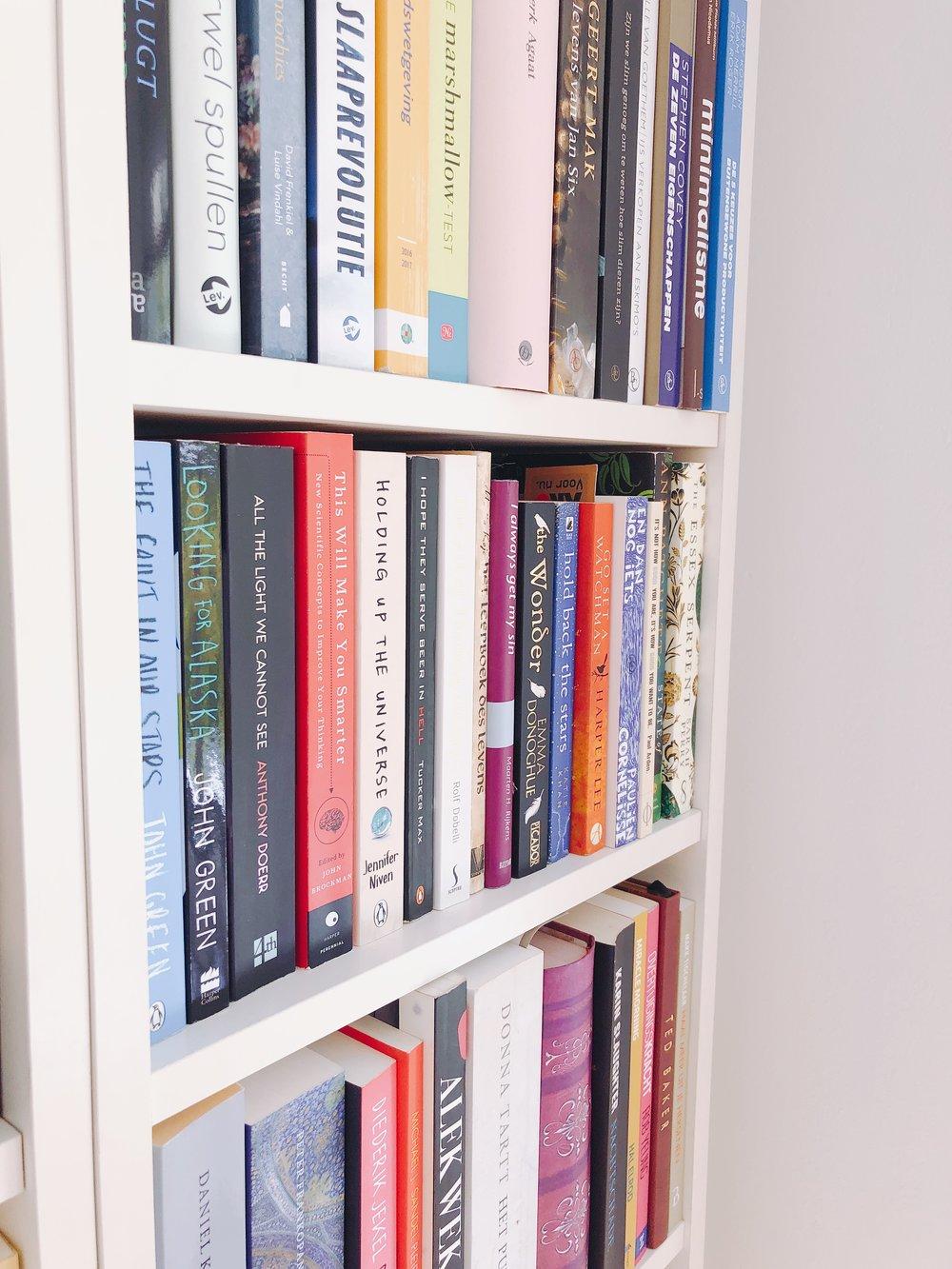- IV: Ik ben tijdens dit telefoongesprek trouwens ondertussen nieuwe boeken aan het bestellen. CR: Wanneer je geen boeken bestelt, maar naar een boekenzaak gaat, naar welke winkel ga je dan het liefst?IV: Ik was deze zomer in Parijs, daar heb je de winkel Shakespeare & Company. Die zaak is bloedmooi en zou makkelijk mijn favoriet kunnen zijn, maar het is er extreem druk. Je komt nauwelijks bij de boekenkasten, omdat er zo veel mensen zijn. CR: Wat is wel je favoriet?IV: Scheltema! Je kunt daar met de roltrap omhoog, wat echt een godsgeschenk is voor luie zielen zoals ik. Je kunt daar een kopje koffie drinken, het is er overzichtelijk, licht en rustig. Ik ga daar nooit weg zonder een boek.