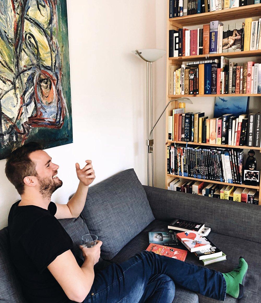 - C: Wauw, wat een mooie boekenkast!S: Hij was twee keer zo groot, maar toen ik ging verhuizen heb ik de boeken waarvan ik wist dat ik ze nooit meer zou gaan lezen weggedaan. Ik heb ze aan vrienden gegeven en naar de kringloop gebracht.C: Dapper. Gaf dat een bevrijdend gevoel?S: Ja, het is wel een fijn idee dat ik nu kan zeggen dat ik écht alle boeken heb gelezen die hier staan. C: The Great Gatsby heb je niet gelezen.S: *Lacht*. Oké, bíjna alle boeken dan, hoe weet je dat trouwens?C: De kaft is nog niet gebroken.S: Aha! Soms zeg ik weleens tegen mensen dat ik een bepaald boek heb gelezen, terwijl dat niet zo is. Als ze dan opeens langskomen, breek ik voor hun bezoek nog even de kaft, zodat ik niet door de mand val, haha.