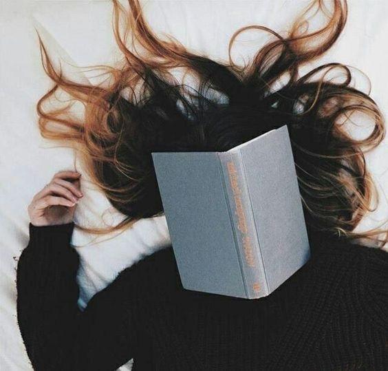 - 'Even over Lolita,' stuurt een boekenclub-vriendin via Whatsapp. 'Heb jij dat boek gelezen? Mijn goede voornemen voor dit jaar is meer klassiekers lezen. Er wordt altijd over deze boeken gezegd dat je de verhalen moét kennen en ik wil mee kunnen praten.'