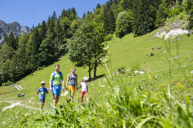 Familie beim Wandern im Klostertal (c)  Alex Kaiser -  Klostertal Tourismus.jpg