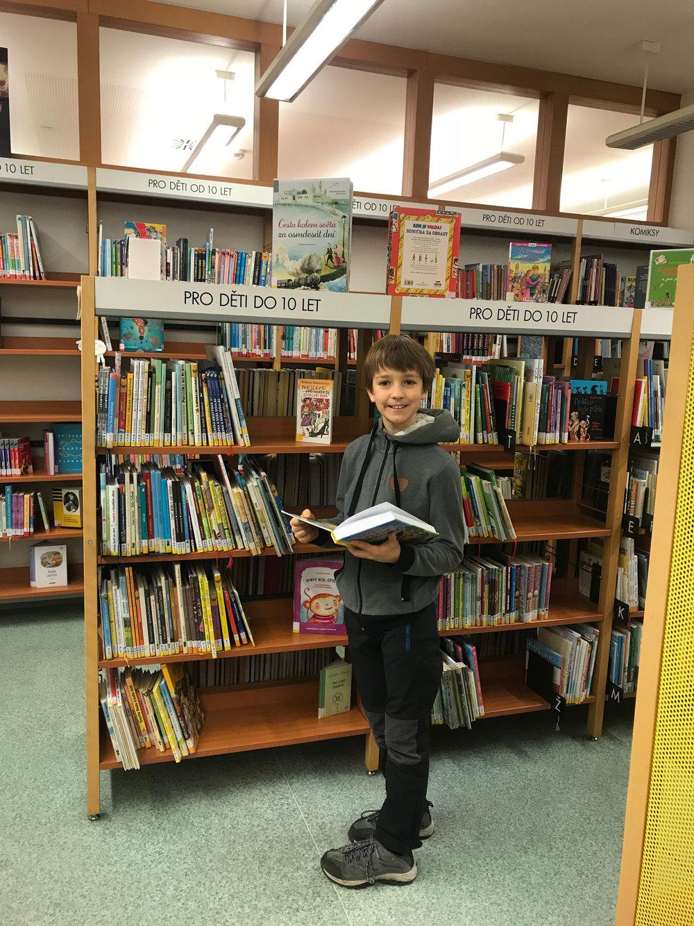 Костя в библиотеке.