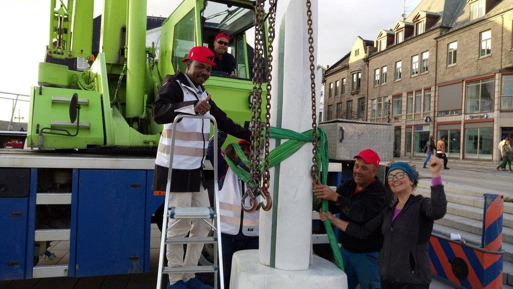 Takk til Kynningstrud Kran og flink kranfører +gode hjelpere fra frivillige til montering av skulpturene..JPG