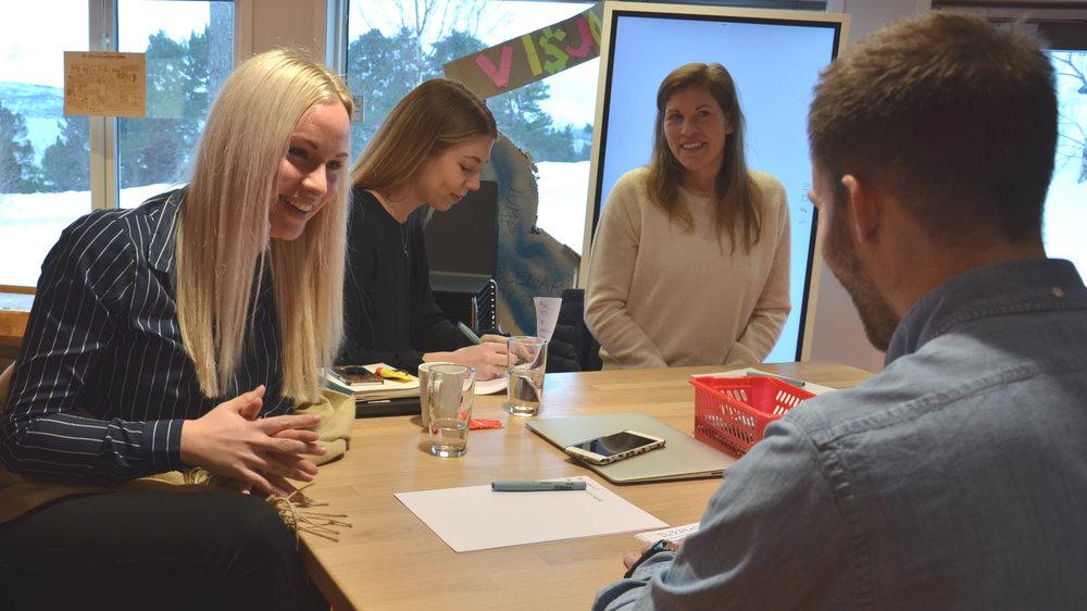 Deltagere i tenketanken møtes for første gang. Fra venstre: Maja Håbet, kommunikasjonsrådgiver i TIBE, Stine Mordal Vågsæter, førstekonsulent i Molde kommune og Hedda Nordby Krogstad, avdelingsingeniør materialteknologi og mekanisk design i Brunvoll, diskuterer med Lasse Kristiansen, som er rådgiver for næringsrettet innovasjon og utvikling i Møre og Romsdal fylkeskommune.