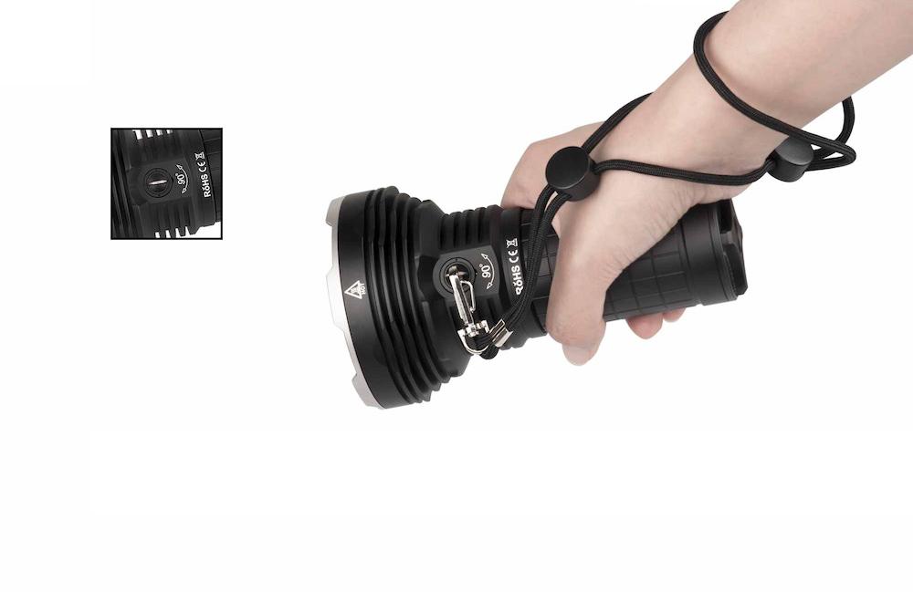 Prise en main - Grâce à sa dragonne fixée sur l'anneau rotatif, la X45 propose une prise en main sure