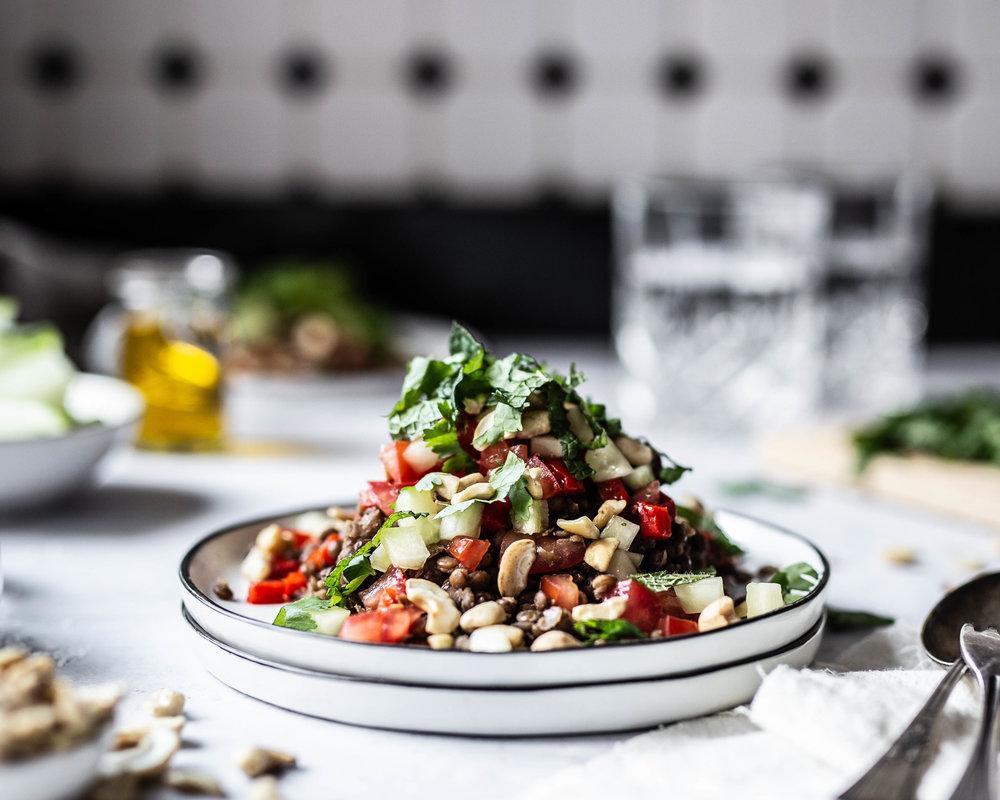 Linsensalat Paprika Gurke Chashewnüsse Foodstyling
