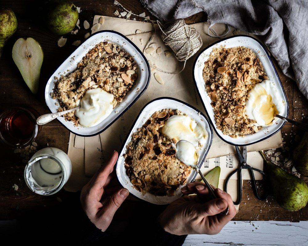 Der fertige Birnen Crumble - mit griechischem Joghurt und etwas Honig ist er das perfekte Frühstück.