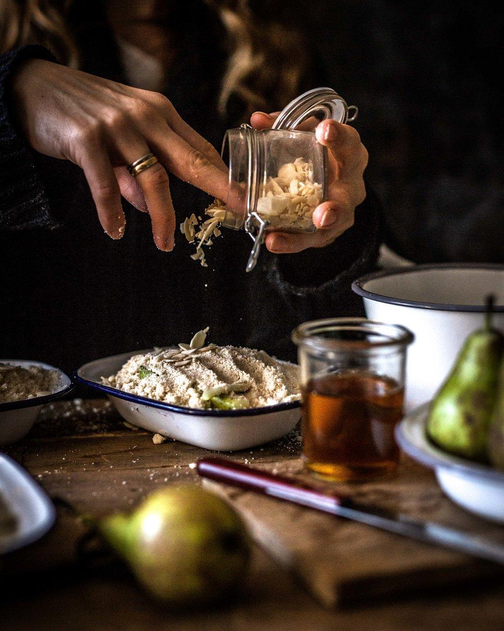 Der Betrachter hat das Gefühl, in der Küche dabei zustehen. Nur ein kleiner Handgriff und er könnte den Teig selber auf die Birnen streuen.
