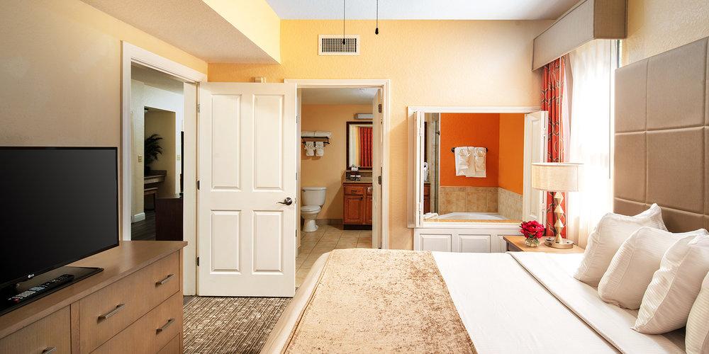 Rum på Floridays - Master bedroom har stor kingsize säng och badrum med Jacuzzi. Varje lägenhet har 2 badrum. Trerumslägenheterna har 3 badrum..
