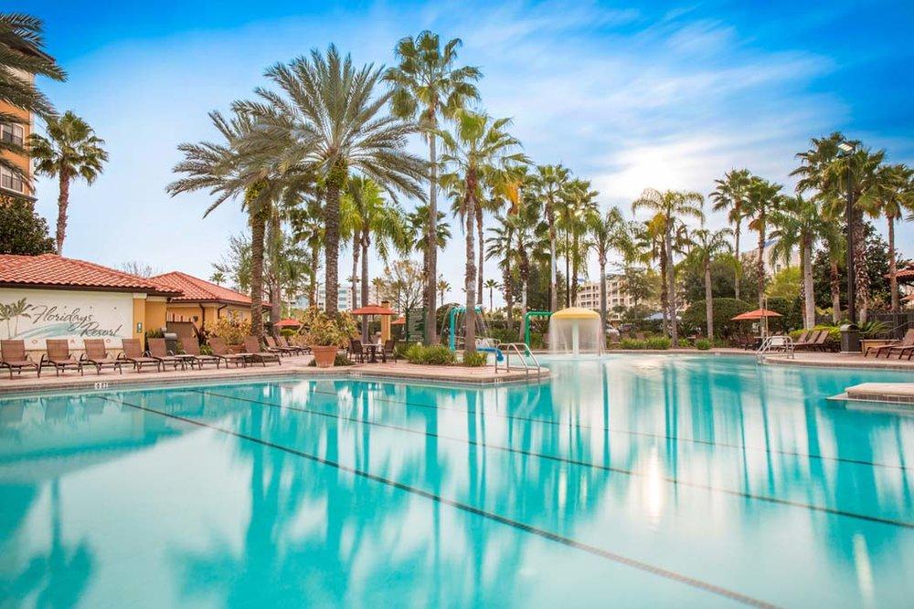 BOENDE - Floridays Resort ****Prisbelönt lägenhetshotell med rymliga två-trerumslägenhet. Maximalt antal gäster är 10 personer. Hotellet har pool, poolbar, gym, arcade-rum, concierge service och gratis shuttlebuss till parker. Gratis Wifi.