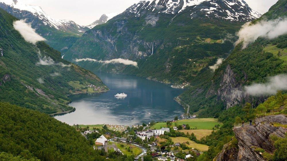 Geiranger - Sök här bland alla våra kryssningar som går till Geirangerfjorden. Enligt många en av de häftigaste naturupplevelserna i världen.