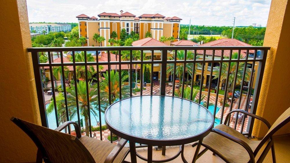 Floridays Resort - Njut av en avkopplande semester på familjevänliga och prisbelönta Floridays Resort. Välutrustade lägenheter i ett område nära till de flesta attraktionerna i Orlando-området.Vi hjälper till med biljetter till alla parkerna och även shower, sportevenemang såsom NHL hockey, NBA basket, NFL fotboll m.m.