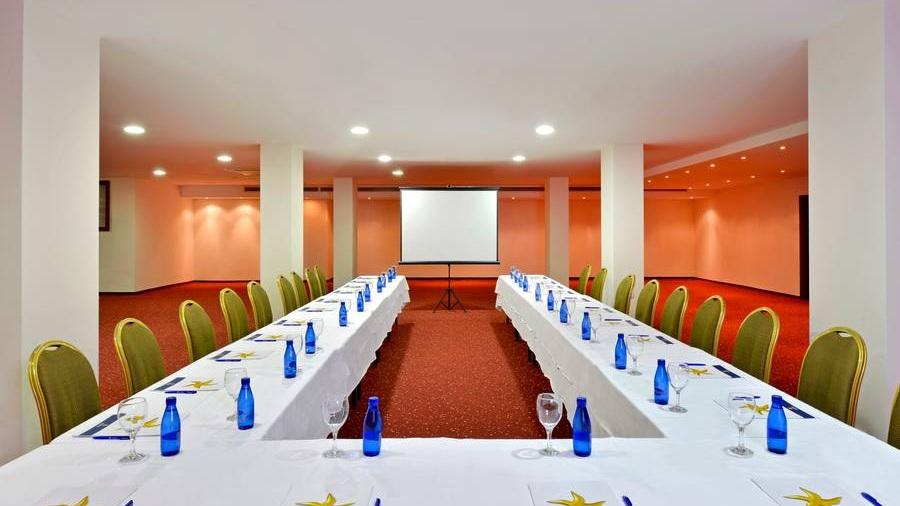 Konferens - 08.00 Konferens på hotellet. Mötesrummen har wifi och projektor.Rummen kan konfigureras i gruppsittning, skolsal eller endast stolar.
