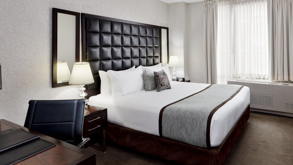 The Distrikt Hotel - En Supreme favorit är The Distrikt Hotel. Härligt läge på detta Boutique hotel nära Times Square. Hotellet tillhör Hiltons Tapestry Collection. Fina rum och trevlig bar. Perfekt hotell för par.342 W 40th Street, New York, NY, 10018