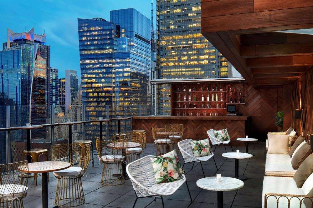 Hilton Doubletree Times Square West - Ok. Vi erkänner. Rooftop baren är magisk. Dock är läget också väldigt bra. Det tar 5 minuter att promenera till Times Square.Detta hotell använder vi mycket på våra hockeyresor men in i mellan också på veckopaketen.350 W 40th St, New York, NY 10018, USA