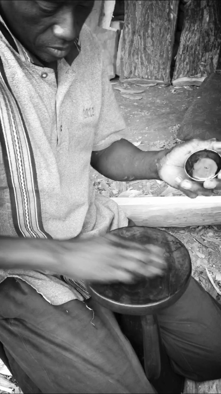 """Notre engagement éthique et """"développement durable"""" - A travers de Gayier, nous souhaitons favoriser un modèle de développement juste et équitable : proposer une juste rémunération aux artisans et leur permettre de poursuivre leur savoir-faire dans de bonnes conditions (humaines et environnementales). Nous souhaitons contribuer à notre manière au développement économique de l'Afrique de l'Ouest. Nous recherchons également les produits les plus durables car nous adhérons au """"consommer moins mais mieux""""."""