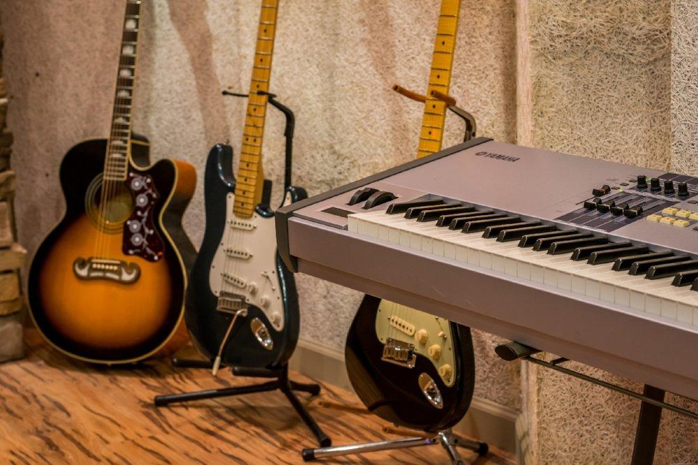 MIDI STUDIO - Yamaha Motif ES8Roland MKS 20 x 2Roland JV 1080Roland JV 880Akai S1000 SamplerLinn Drum 9000Native Instruments Maschine StudioProteusPlanet Phat – OrbitSequential Circuits keyboardM-Audio keyboard Controller