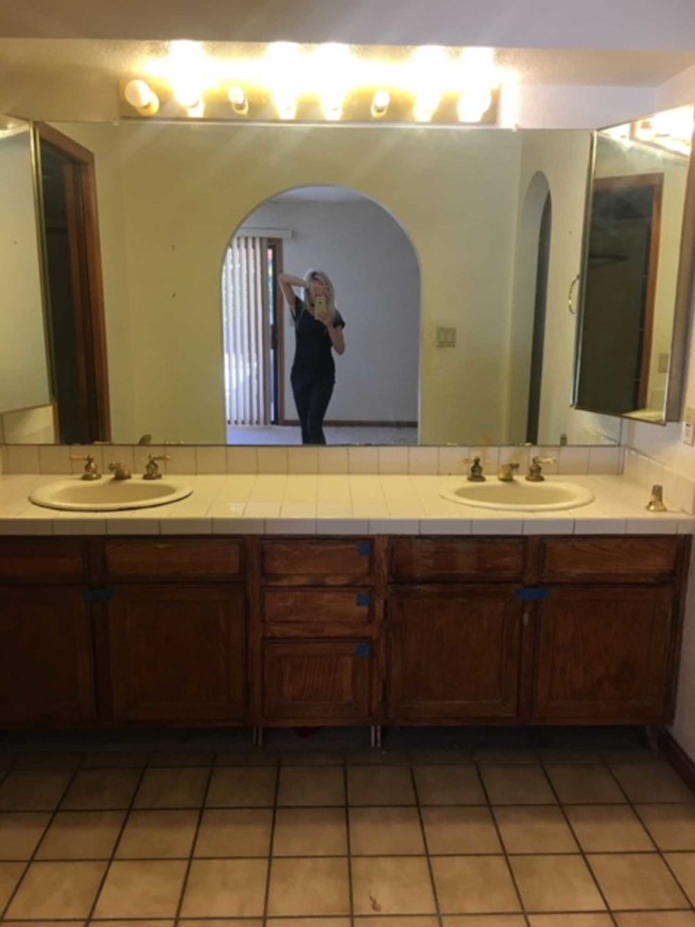 Old washing sink and faucet with mirror