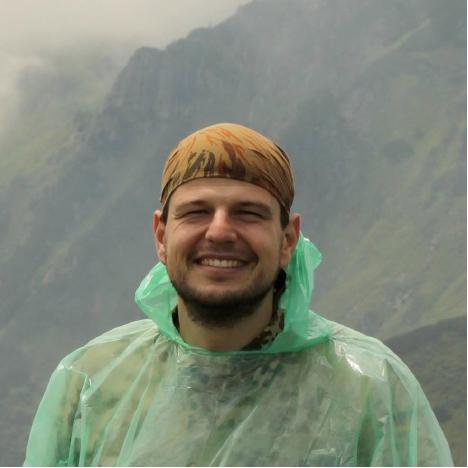 - Unser Bergführer Tymur Bedernychek arbeitet als Forscher beim Botanischen Garten in Kyiv, der Teil der Ukrainischen Akademie der Wissenschaften ist. Sein Spezialgebiet ist Allelopathie, die chemischen Wechselwirkungen zwischen Pflanzen und Mikroorganismen.