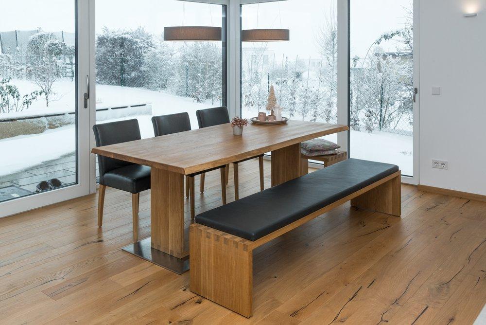 Wohnen - Mit schönen Möbeln vom Meisterschreiner machen Sie Ihr Zuhause zu einem Wohlfühlort der besonderen Art. Egal ob Esszimmer, Garderobe, Bett, Tür, Böden oder Fenster - wir erfüllen Ihre Wohnträume.