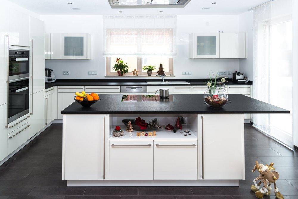Küche - Durchdachte Ergonomie, innovativer Komfort und moderner Look – mit unseren Küchen in Eigenanfertigung oder von Nolte beweisen Sie guten Geschmack. Mahlzeit!